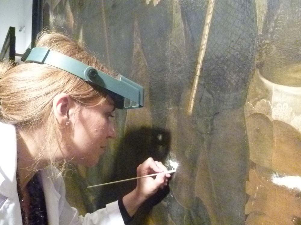 restaurator Patricia Ortiz aan het werk