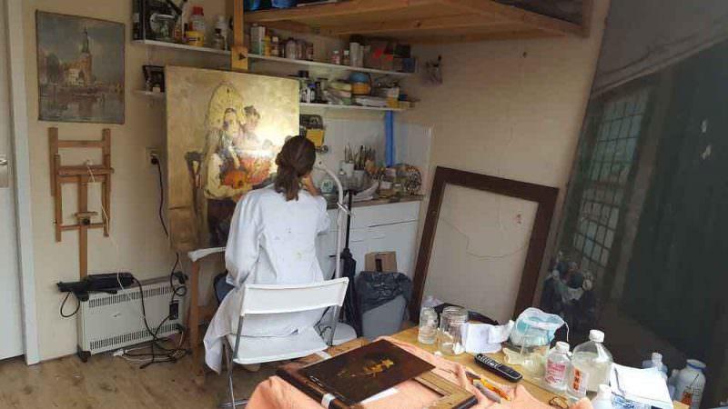 patricia-ortiz-aan-het-werk-in-haar-atelier
